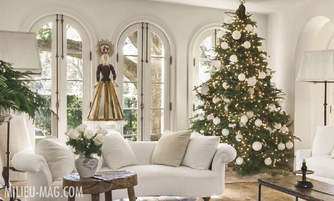 Modern French white living room of Pamela Pierce (Houston) decorated for Christmas in Milieu magazine. #pamelapierce #livingroom #christmasdecor #milieumag