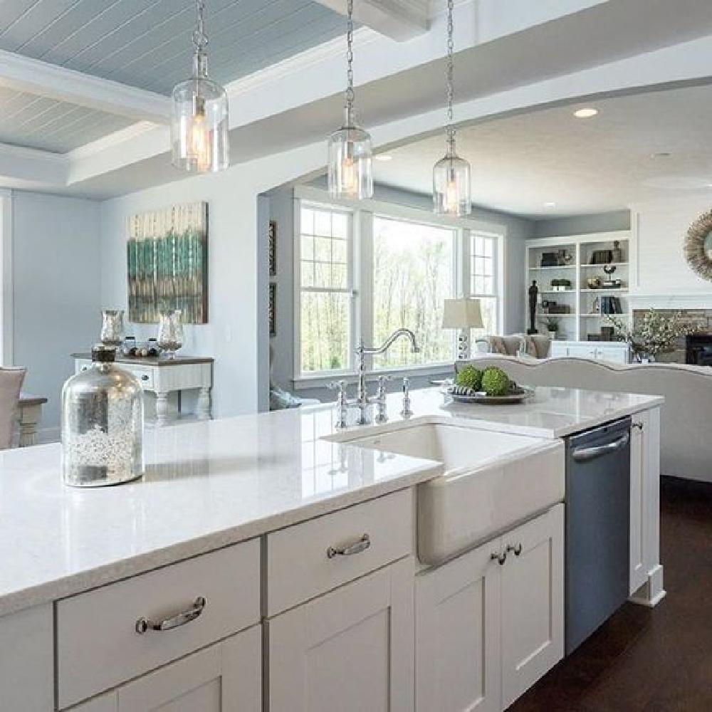 Viatera Cirrus white quartz in a cottage style Shaker kitchen. #viatera #cirrus #quartz #countertop