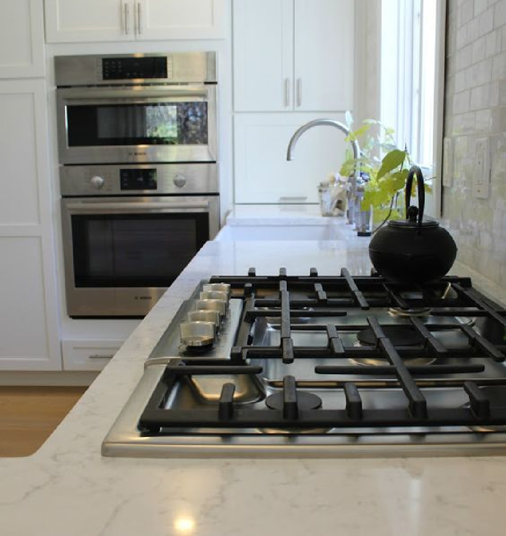 Loving my LG Viatera Minuet quartz countertops and Bosch appliances. #viatera #quartz #Minuet #blackandwhite #kitchendesign