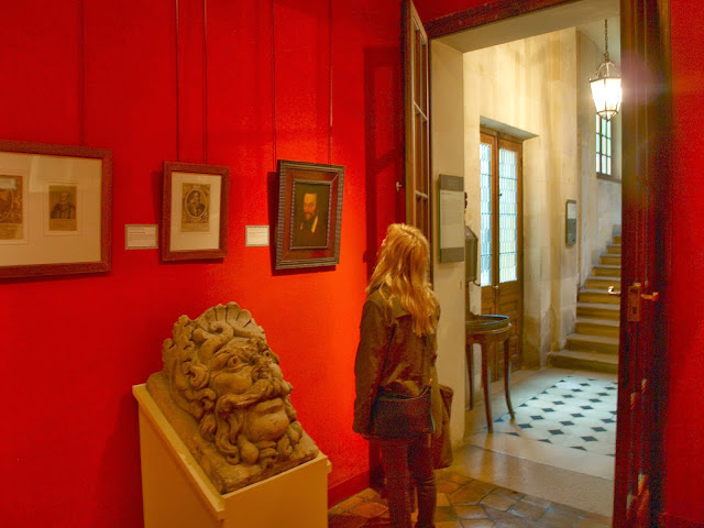 Paris-Musee-de-Carnavalet-red-walls-by-Hello-Lovely-Studio