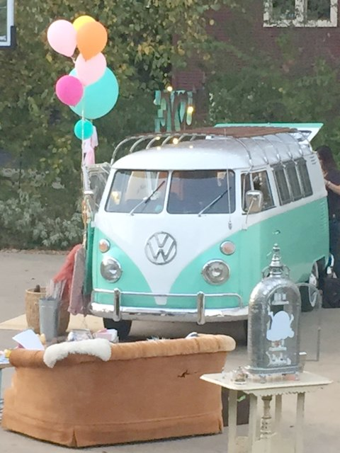 vintage-vw-bus-and-balloons