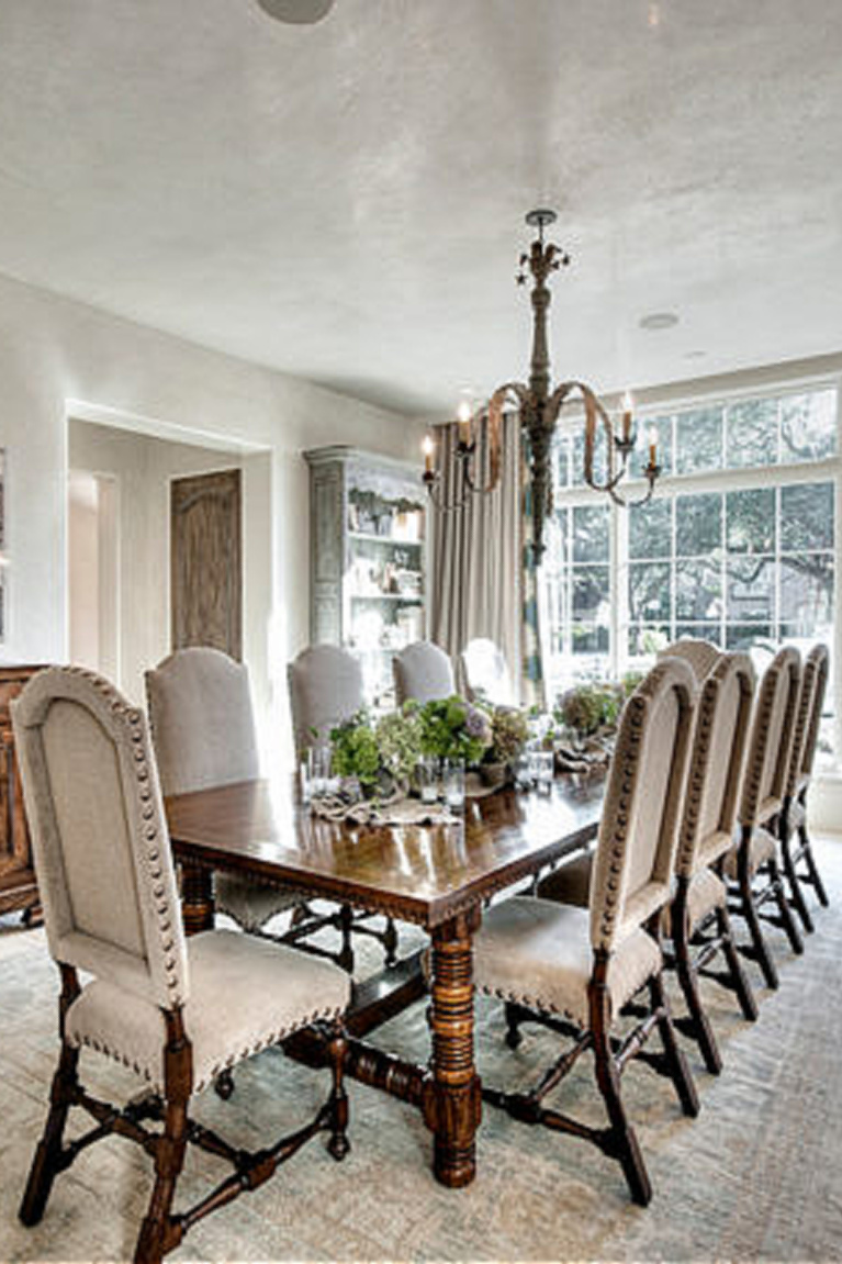 Beautiful traditional dining room with Segreto Finishes (beautiful wall colors and plaster) in a lovely designed room in Leslie Sinclair's book. #plasterwalls #segretofinishes #frenchcountry