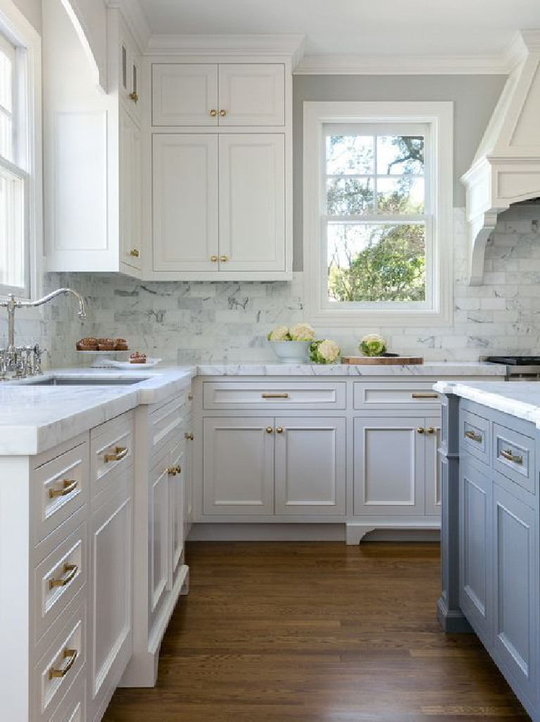 Chic Traditional Kitchen in White and Steel Blue Color Scheme. Come see 36 Best Beautiful Blue and White Kitchens to Love! #blueandwhite #bluekitchen #kitchendesign #kitchendecor #decorinspiration #beautifulkitchen