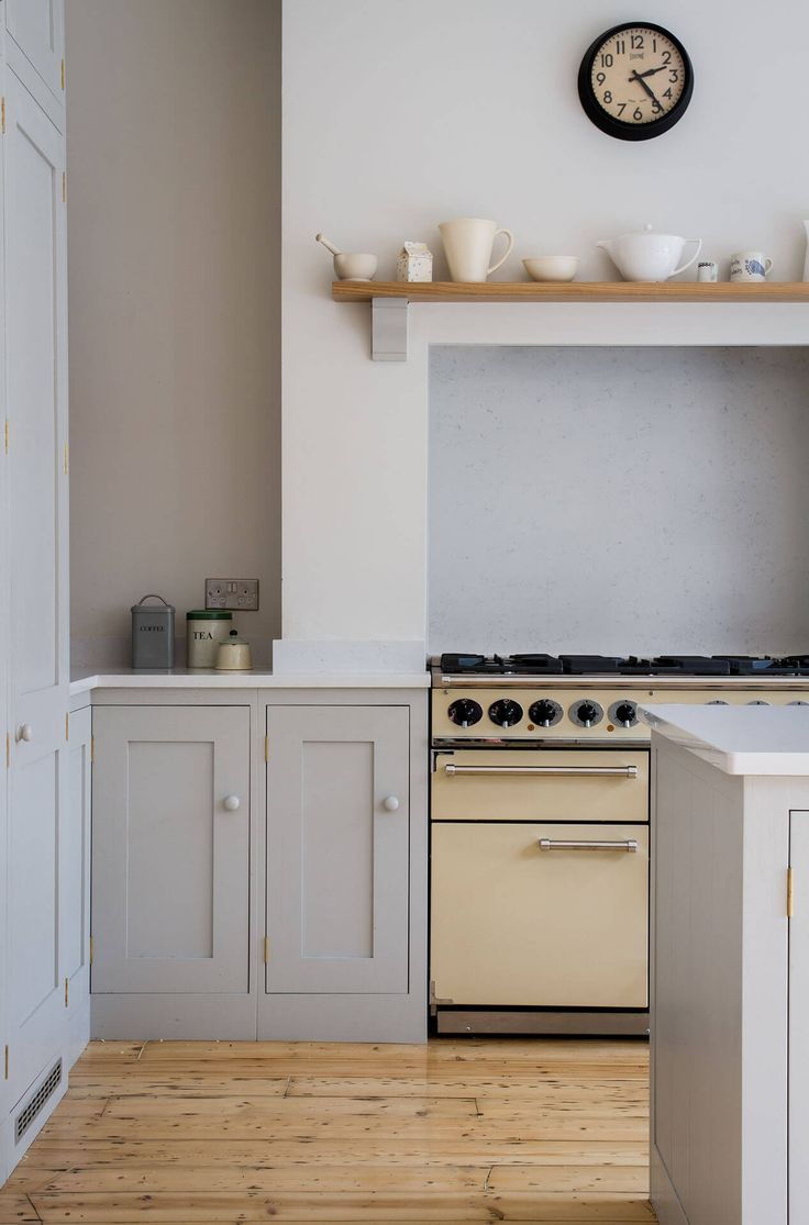 Farrow & Ball Pavilion Gray in a Scandinavian Woodland kitchen by Sustainable Kitchens. #paintcolors #farrowandball #paviliongray #graykitchen #graypaintcolors
