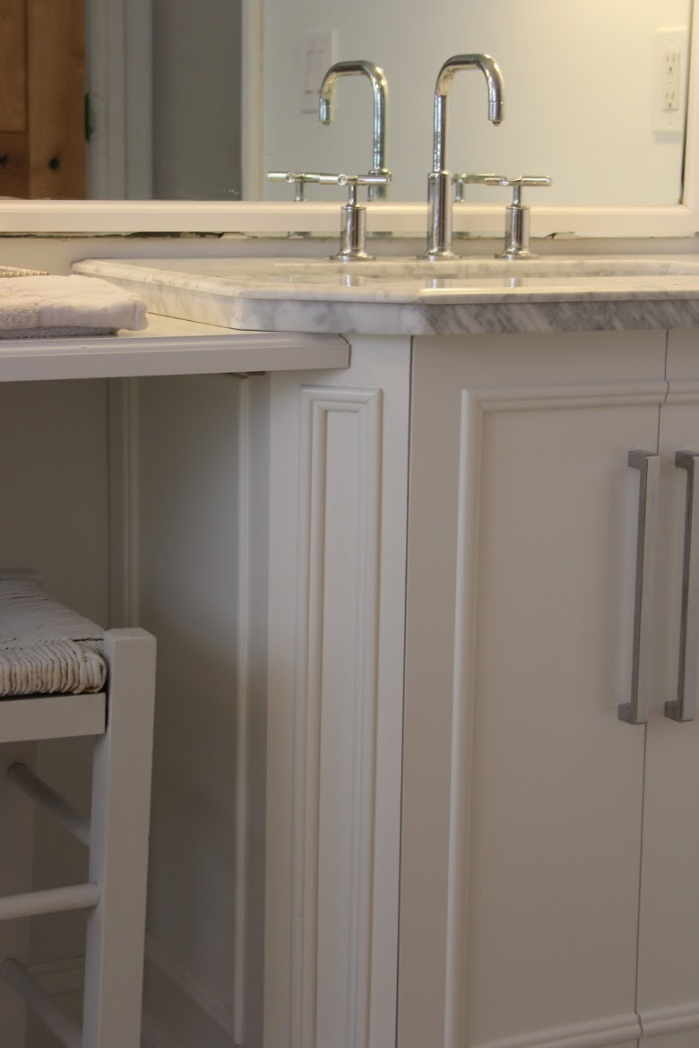 White vanity with carrara marble top. Come check out Antique Vintage Style Bathroom Vanity Inspiration! #bathroomdesign #bathroomvanity #classicstyle #traditionaldecor #interiordesignideas