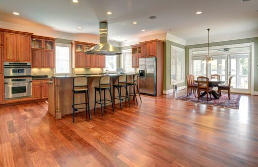 Warm wood in a traditional kitchen with breakfast area and breakfast bar.
