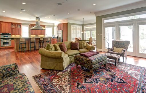Traditional style open floorplan with kitchen, breakfast room and family room.