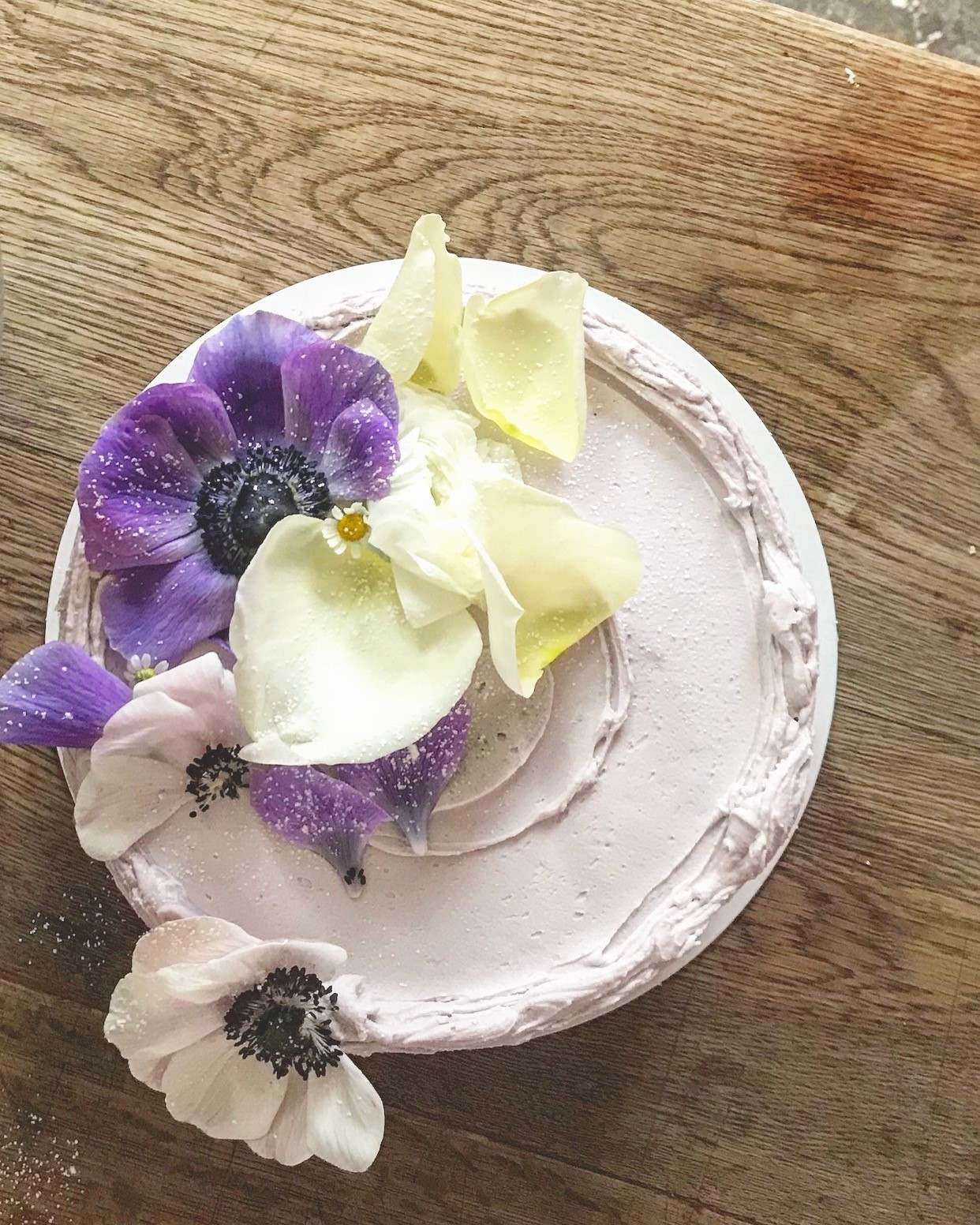 Simple old fashioned white cake with fresh flowers on top. Beautiful cake styling from Violet bakery's Claire Ptak. Come see LET THEM EAT CAKE...VIOLET CAKES. #cakelover #violetbakery #violetcakes #claireptak #shabbychic #cakedecorating #letthemeatcake #bakingideas #bakingideas #cakestyling #cakequotes