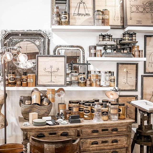 Modern rustic interior design style ideas and home decor finds for admirers of industrial, vintage, farmhouse, and imperfectly lovely design! #modernrustic #interiordesign