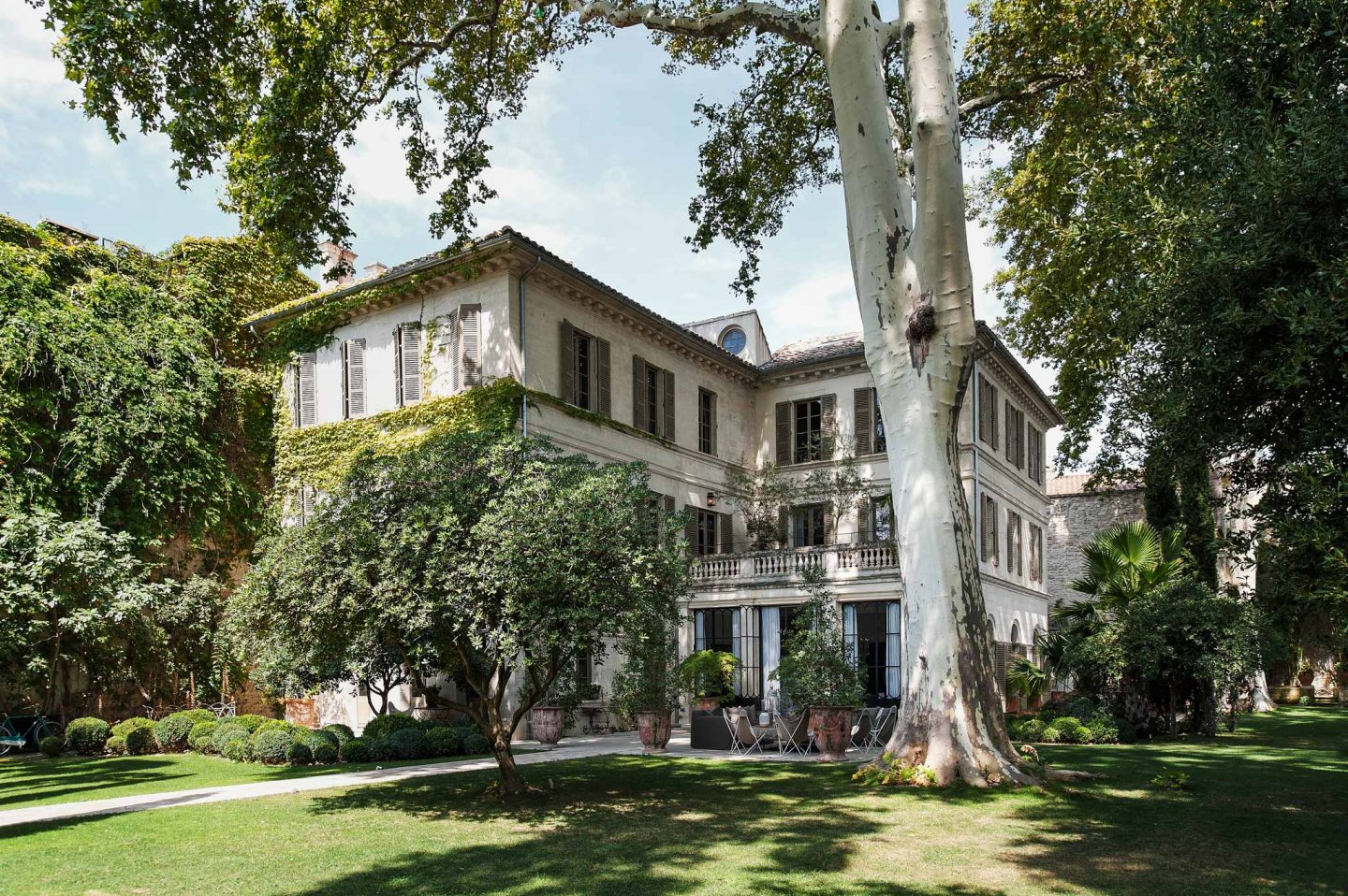 French country mansion facade. Beautiful French country garden inspiration from a luxurious property in the South of France. Breathtaking 19th century restored French chateau with largest private garden in Avignon. Avignon Hôtel Particulier. Photo: Haven In.