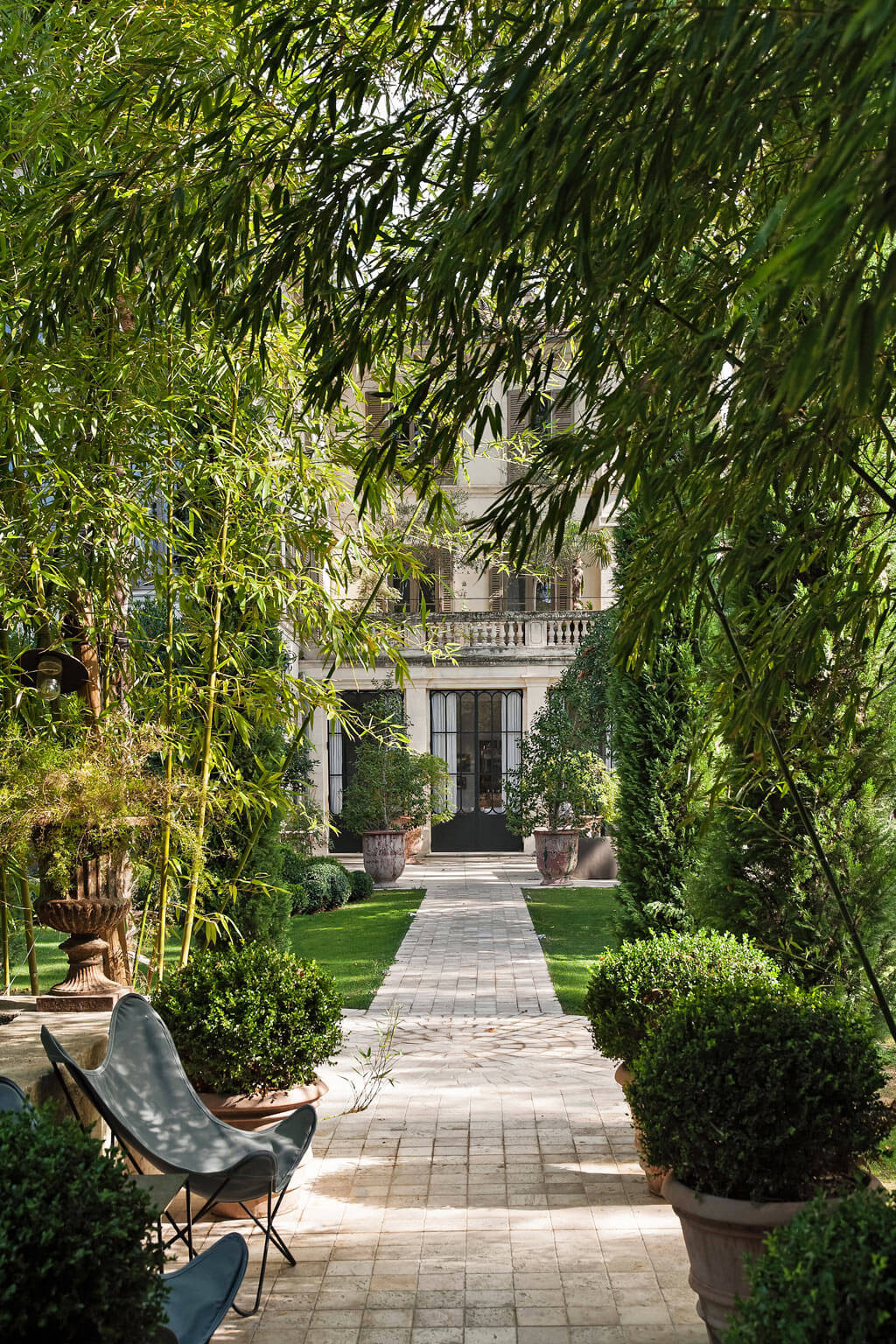 Beautiful French country garden inspiration from a luxurious property in the South of France. Breathtaking 19th century restored French chateau with largest private garden in Avignon. Avignon Hôtel Particulier. Photo: Haven In.