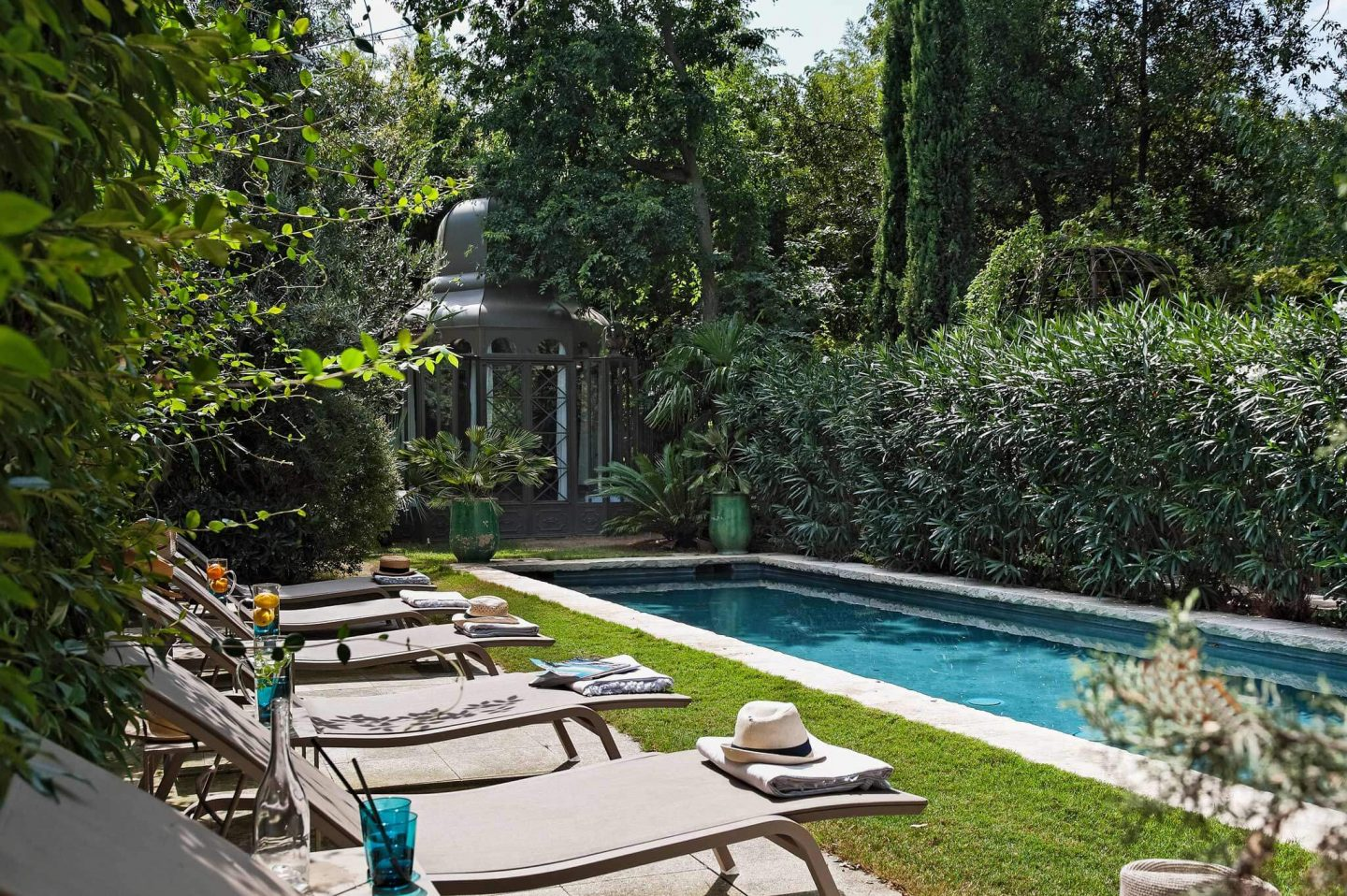 Luxurious pool. Beautiful French country garden inspiration from a luxurious property in the South of France. Breathtaking 19th century restored French chateau with largest private garden in Avignon. Avignon Hôtel Particulier. Photo: Haven In.