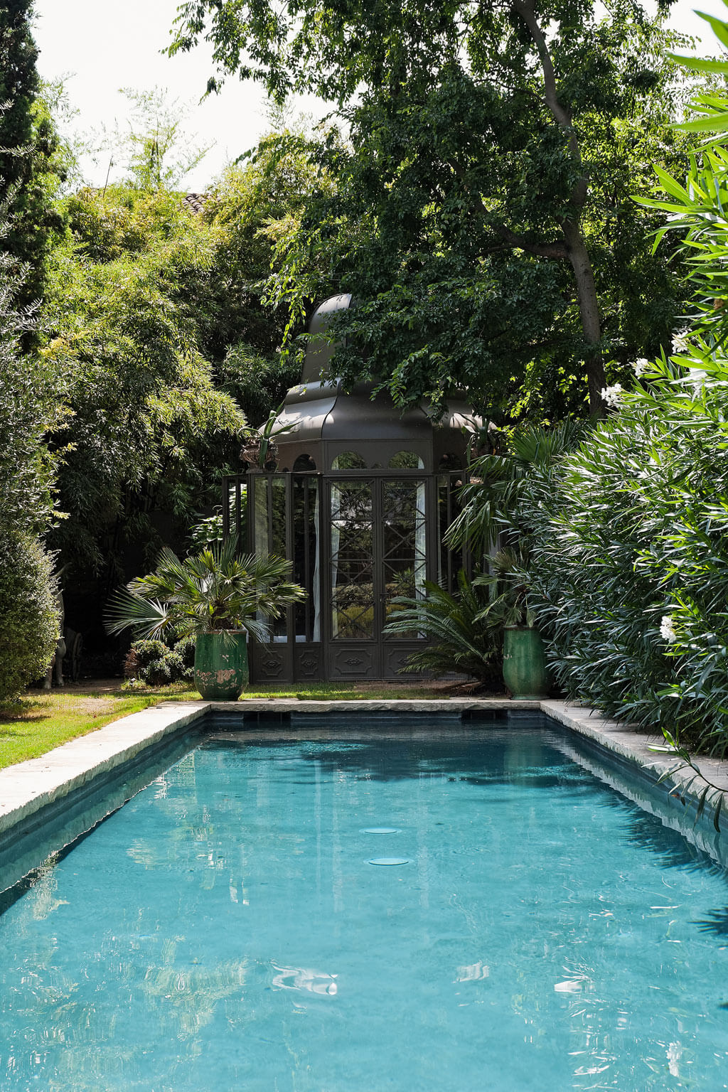 Gazebo and pool. Beautiful French country garden inspiration from a luxurious property in the South of France. Breathtaking 19th century restored French chateau with largest private garden in Avignon. Avignon Hôtel Particulier. Photo: Haven In.