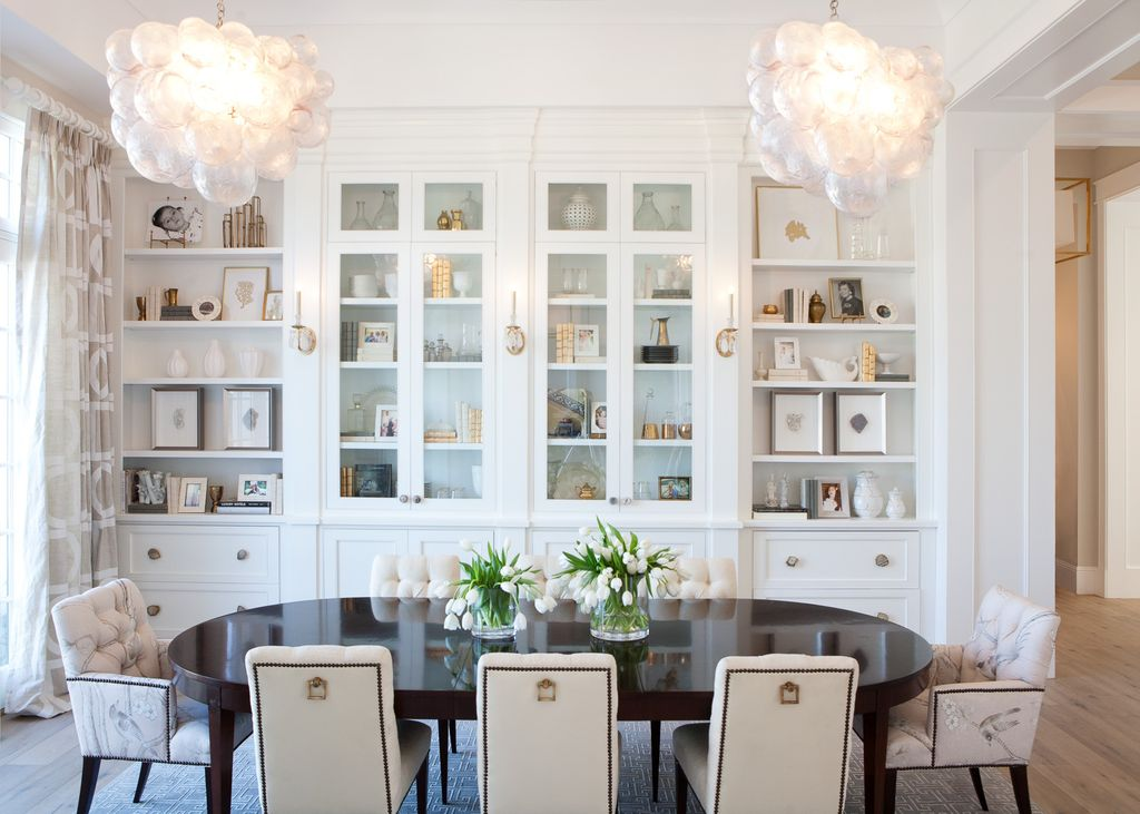 White dining room with builtins. Modern Chic Home in the Southwest. E&A Builders. Pinnacle Conceptions. Jaimee Rose Interiors. #modern #French #housedesign #luxuryhome