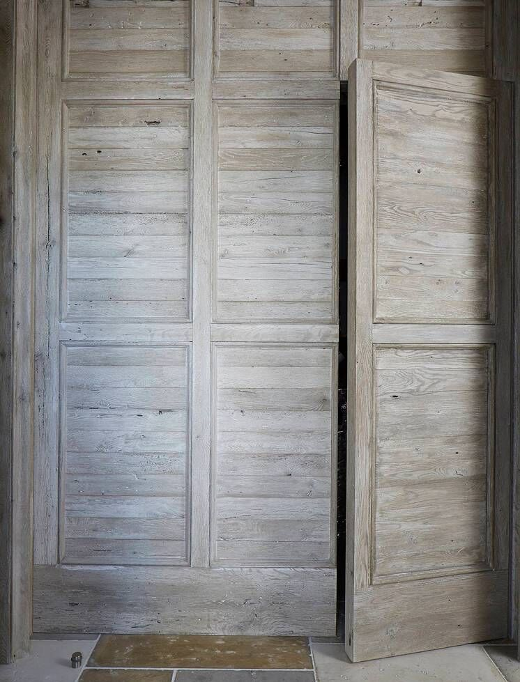 Rustic wood door. Stunning interior design and Timeless Architecture Inspiration: Jeffrey Dungan. Photo: William Abranowicz. #classicdesign #traditional #architecture #jeffreydungan #sophisticateddesign #architect