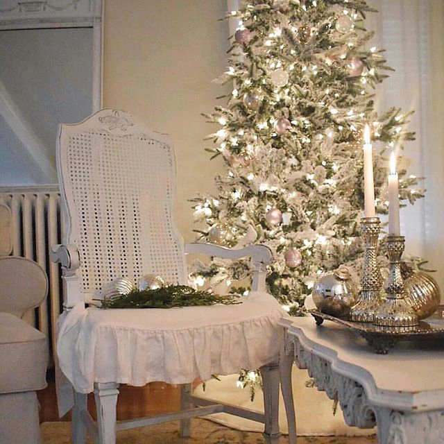 French farmhouse Christmas decor with white on white. Corner French Cottage. #christmasdecor #white #french #shabbychic