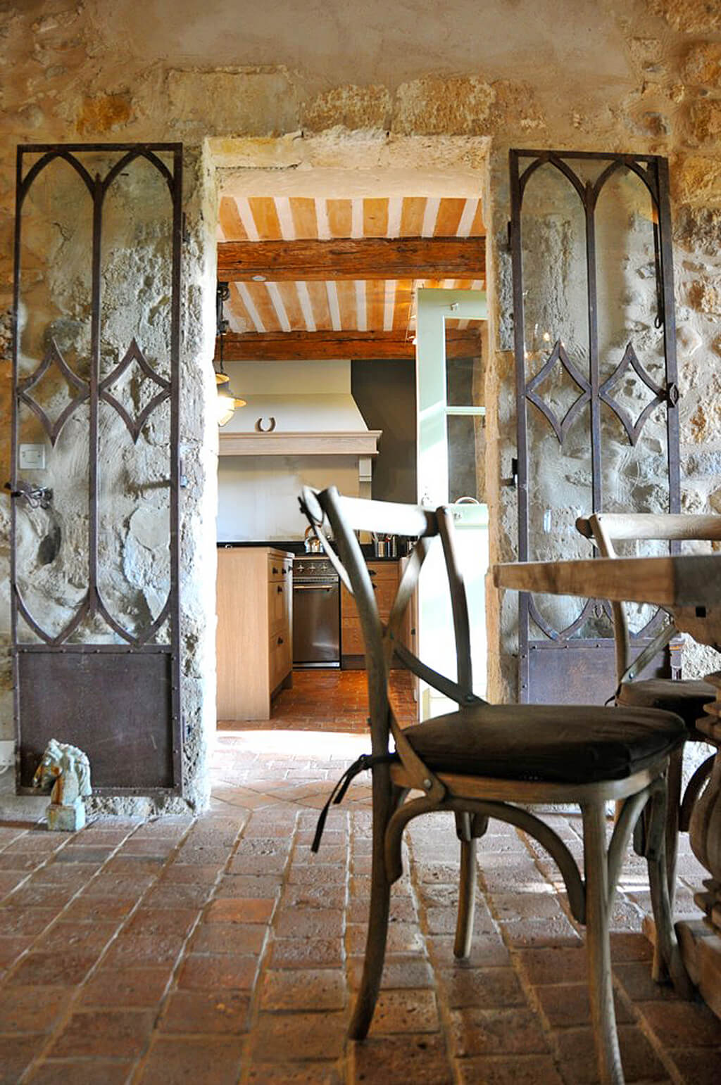 Come discover French Old World Design Inspiration: 18th Century Provençal Bastide + Paint Color Ideas! #frenchcountry #oldworld #interiordesign #provence