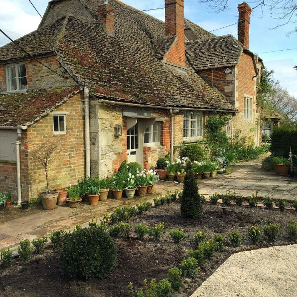 Charming storybook English country house in Wiltshire. The Beach Studios. Atlanta Bartlett & Dave Coote. #englishcountry #houseexterior #wiltshire #fairytale #storybook