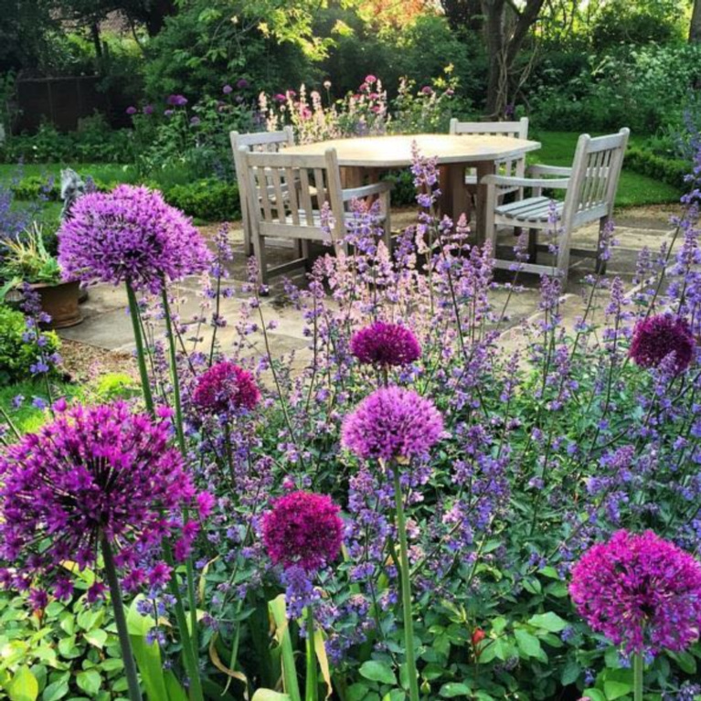English countryside garden and outdoor dining. #englishcountry #garden #outdoordining