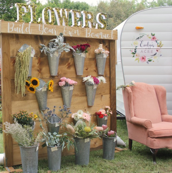 Charming build your own bouquet farmhouse flower stand and vintage camper. Evelyn's Acre. So much to love at Main Street Market Rockford in the fall! Hosted by Urban Farmgirl, it draws 150 wonderful vendors from around the country and throngs of shoppers. #hellolovelystudio #mainstreetmarket #rockford #urbanfarmgirl #fleamarket #countrymarket #farmhousedecor #farmhousestyle #midwest #fall
