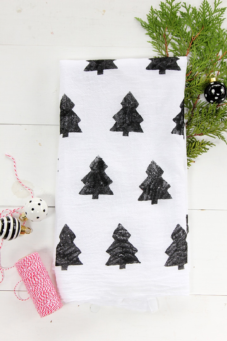 Christmas craft idea - Scandi inspired Christmas tree stamped towel from Alice & Lois. #christmascraft #scandichristmas #holidaydecor #chirstmastreetowel #holidaydiy #holidaycraft