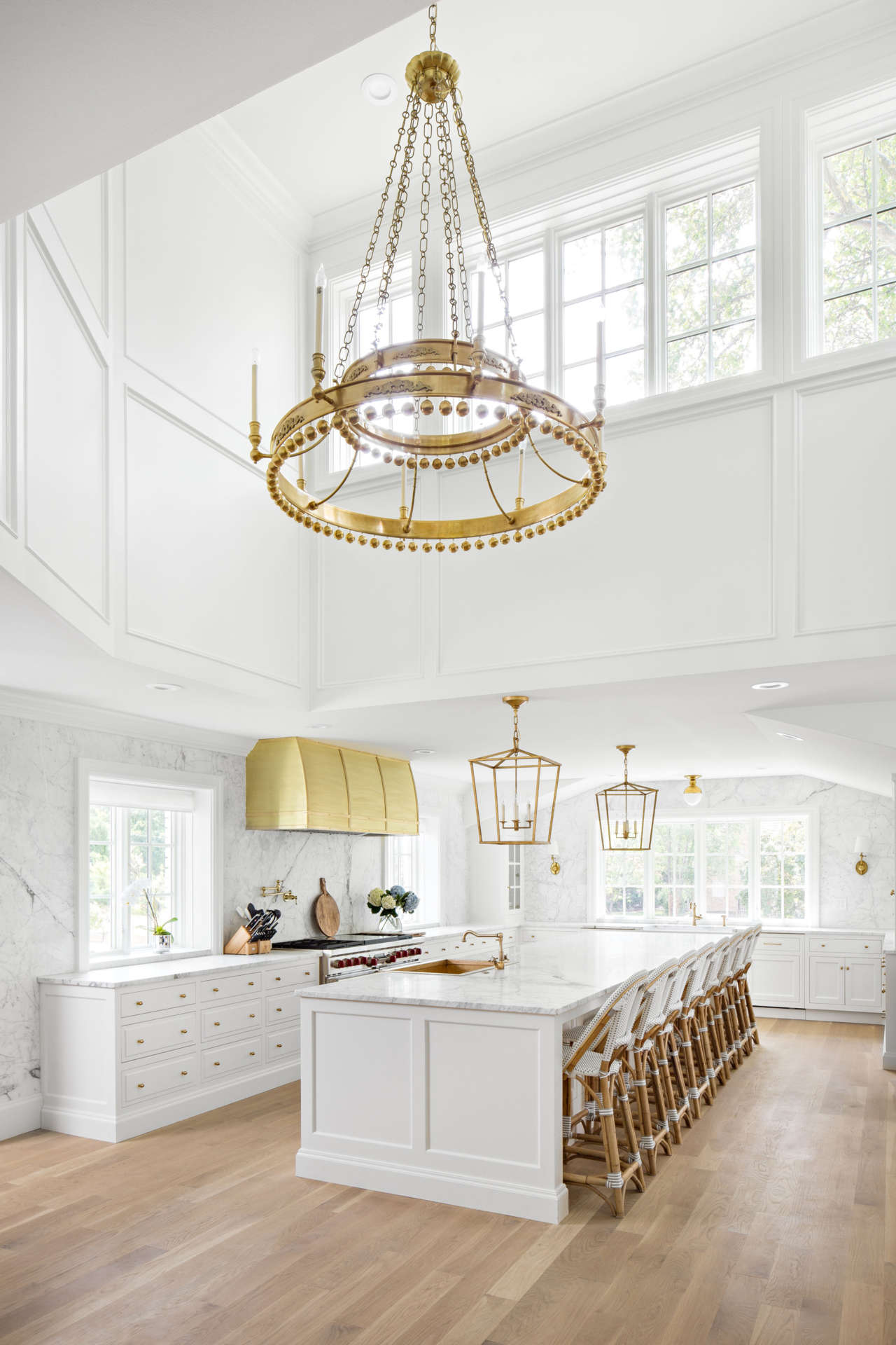 Luxurious kitchen with soaring ceiling! This two story kitchen by The Fox Group is a classic masterpiece. #luxuriouskitchen #whitekitchen #benjaminmooresimplywhite