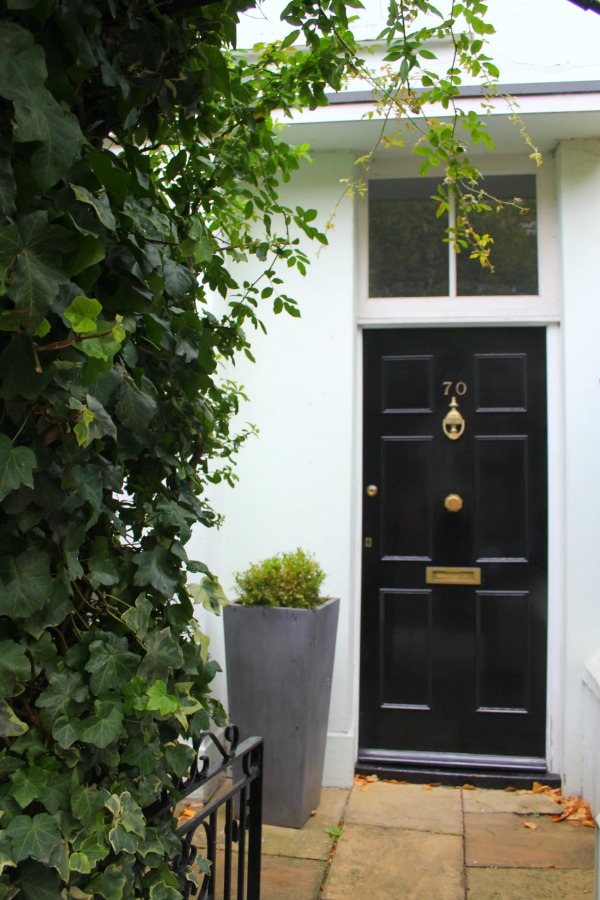 Black front door at an elegant London home. Hello Lovely Studio. Come tour these gorgeous front doors in Notting Hill and Holland Park...certainly lovely indeed. Curb appeal and Paint Color Inspiration. Lovely London Doors & Paint Color Ideas!