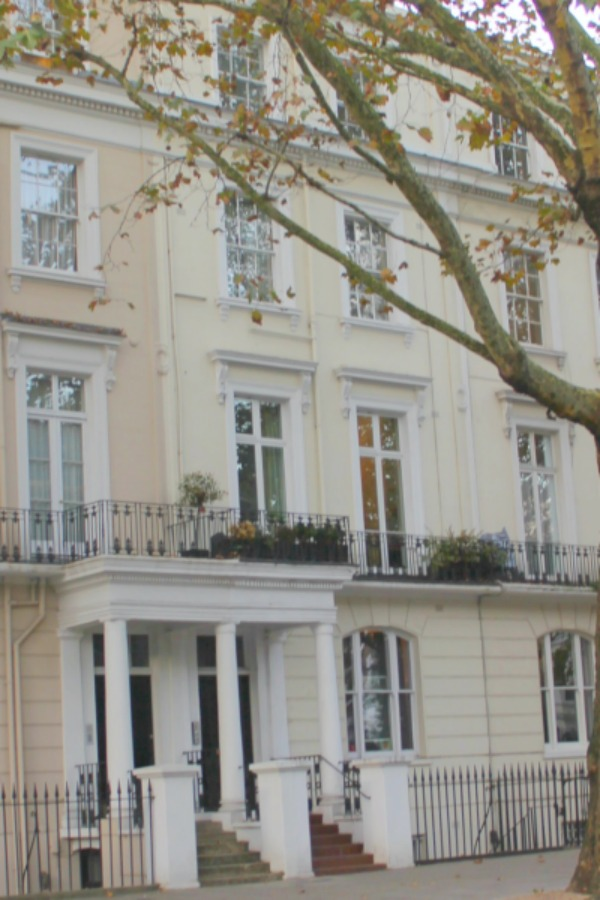Victorian London apartment in Holland Park with traditional and classic interior design. Hello Lovely Studio. #londonapartment #victorian #traditional #vacationrental #hollandpark