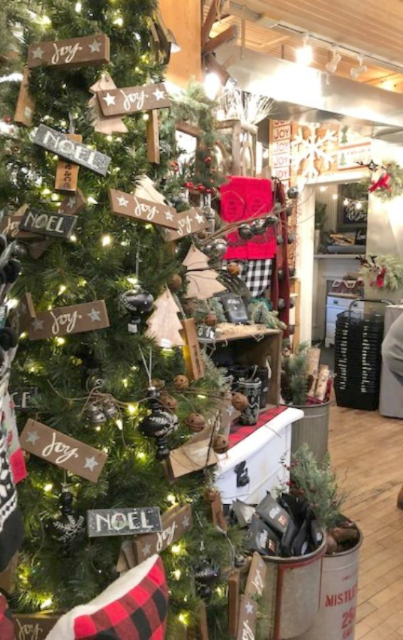 Rustic farmhouse Christmas decorating ideas and vintage style holiday inspiration from Urban Farmgirl in Rockford, Illinois. #farmhousechristmas #countrychristmas #christmasdecor #urbanfarmgirl #rustic #vintage #holidayinspiration