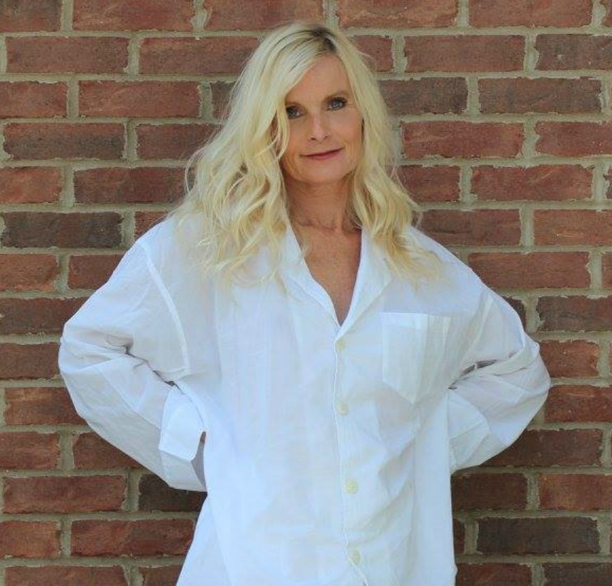 Michele of Hello Lovely Studio in white over sized organic cotton pajamas from Domi. #hellolovelystudio #pajamas