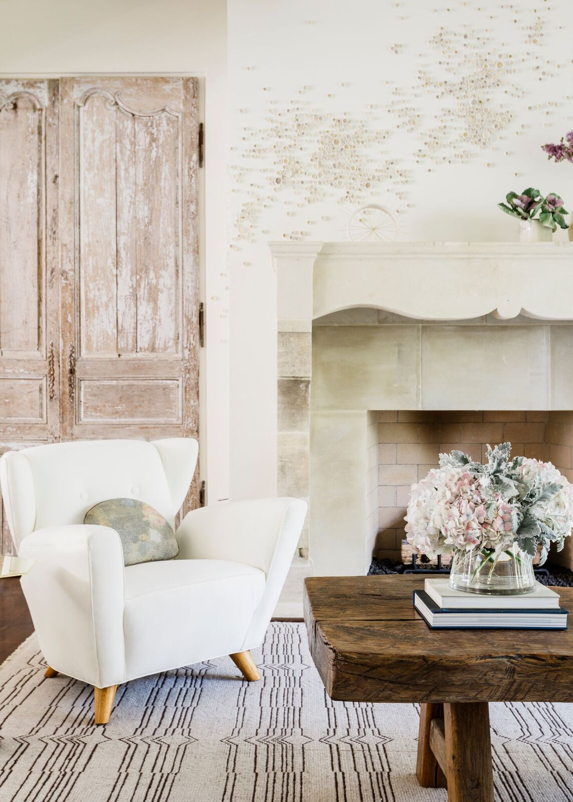 Romantic timeless interior design inspiration in this collection of elegant and sophisticated spaces. Come tour the work of Margaret Naeve, KAA, Cari Giannoulias, Ike Kligerman Barkley, and Jeffrey Dungan on Hello Lovely! #interiordesign #romanticdecor #elegantdecor #timelessdesign