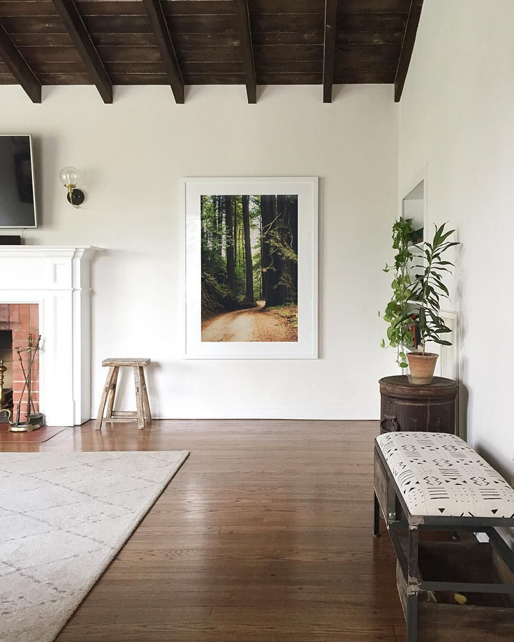 Modern rustic living room with wood ceiling, white walls, and framed greenery print - @annabode. #modernrustic #livingrooms #interiordesign
