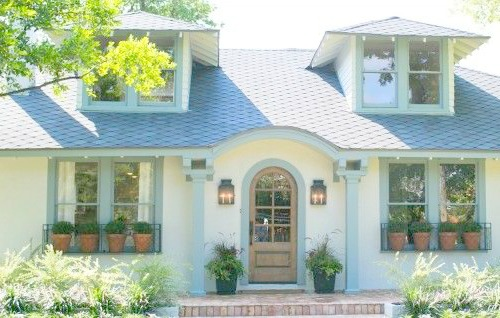 Beanstalk Bungalow house on Fixer Upper has a beautiful fairy tale exterior with creamy white paint and light grey trim.
