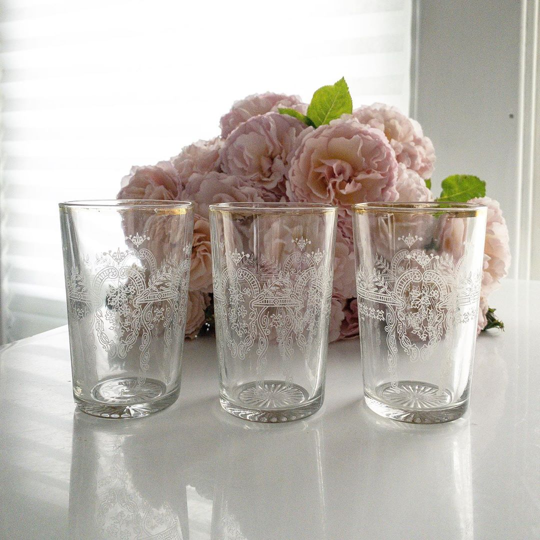 Vintage etched glass tumblers and garden roses - French Nordic vintage style from My Petite Maison. #etchedglasses #vintagestyle #frenchnordic #nordicfrench #swedishcountry