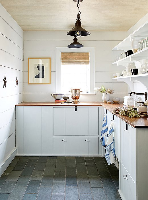 Butler pantry with shiplap in One Kings Lane Connecticut Farmhouse Showroom with modern farmhouse interior design. #traditionalstyle #farmhouse #onekingslane