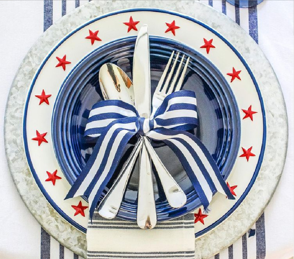 Beautiful Americana patriotic placesetting by @ginghamandbows for a lovely 4th of July tablescape. #redwhiteblue