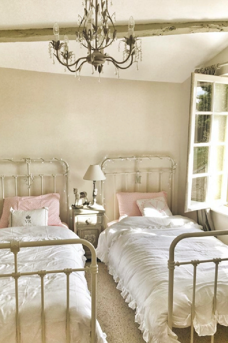 Charming French country bedroom in a farmhouse in France by Vivi et Margot. #frenchfarmhouse #bedroomdesign #frenchbedroom #girlsbedroom #oldworldstyle