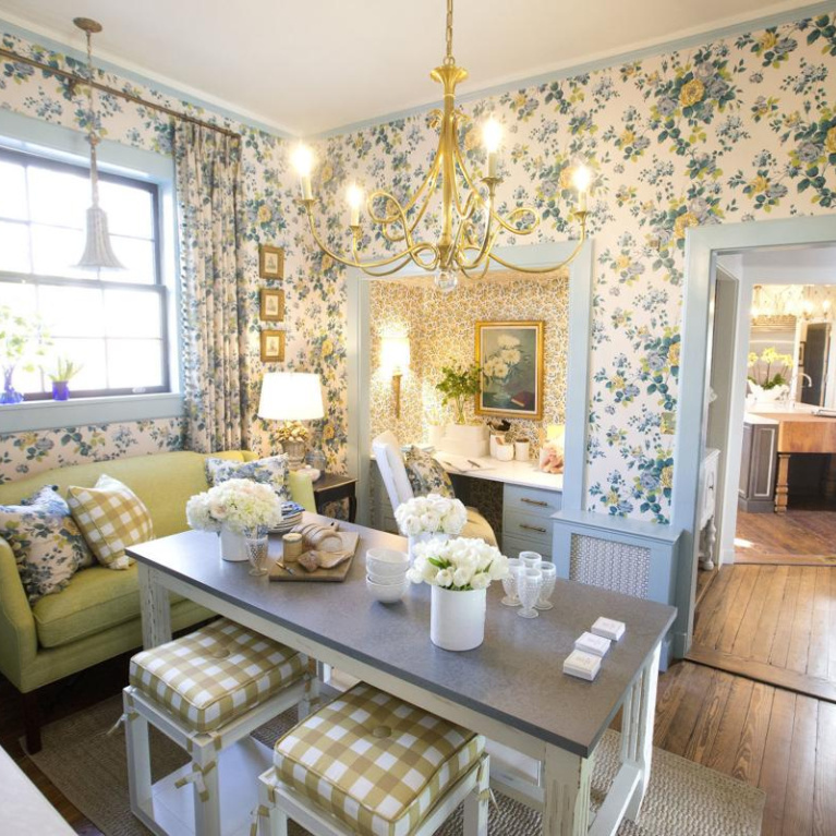 Cheerful yellow wallpapered breakfast room in Julian Price House - Maria Adams Design. #julianpricehouse #showhouse #breakfastroom #traditionalstyle #interiordesign