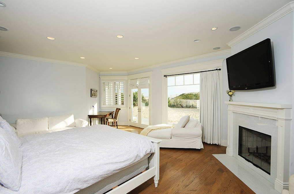 Bedroom - Madeline's beach house in Big Little Lies is a vacation rental in Malibu...come see the oceanfront house tour with Big Little Lies: Madeleine's Beach House Photos! #reesewitherspoon #biglittlelies