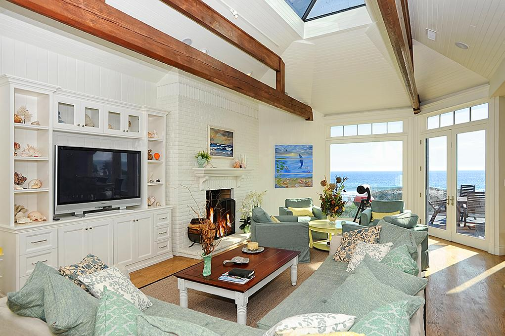Great room in Madeline's beach house in Big Little Lies is a vacation rental in Malibu...come see the oceanfront house tour with Big Little Lies: Madeleine's Beach House Photos! #reesewitherspoon #biglittlelies