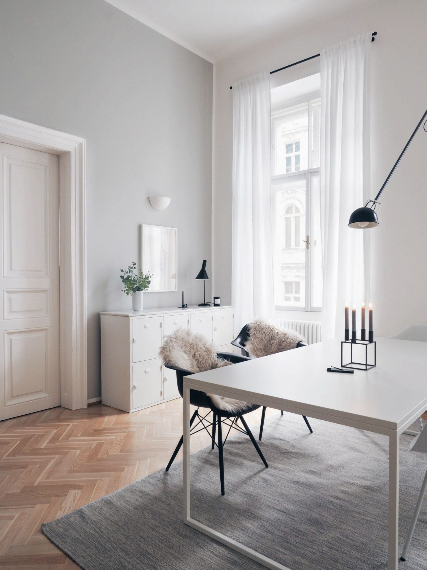 Farrow & Ball Pavilion Gray in a beautifully designed space by Traumzuhause. Come discover 9 Timeless Grey-Blue Paint Color Ideas For Quiet, Sophisticated Greys for Walls, Furniture and Trim! #paintcolors #bluegrey