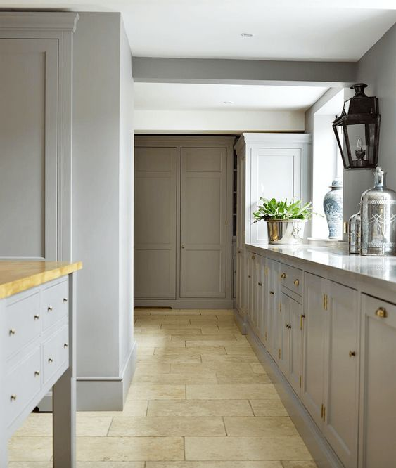 Beautiful kitchen cabinetry painted Farrow and Ball Hardwick White paint color. Humphrey Munson.