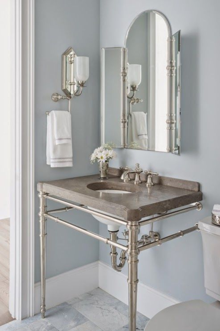 Benjamin Moore Silver Gray in a classic bath with console sink with metal legs - via Decorpad. #benjaminmooresilvergray #graypaint #bestgray #paintcolors