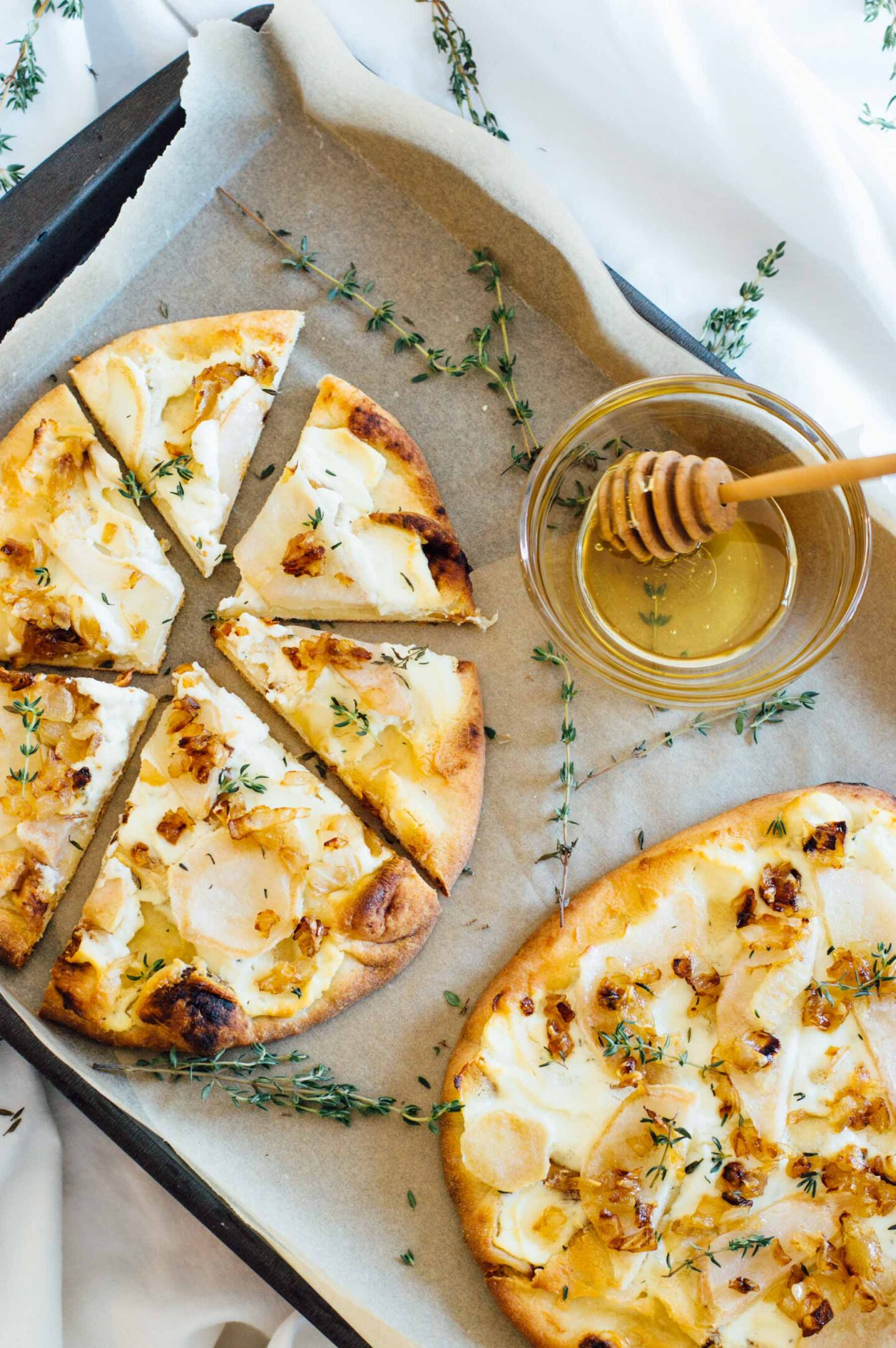 Naan pizza with pears and honey - bygabriella.co. Come find more autumn pear inspiration! #pearpizza #pearrecipes #pearrecipe