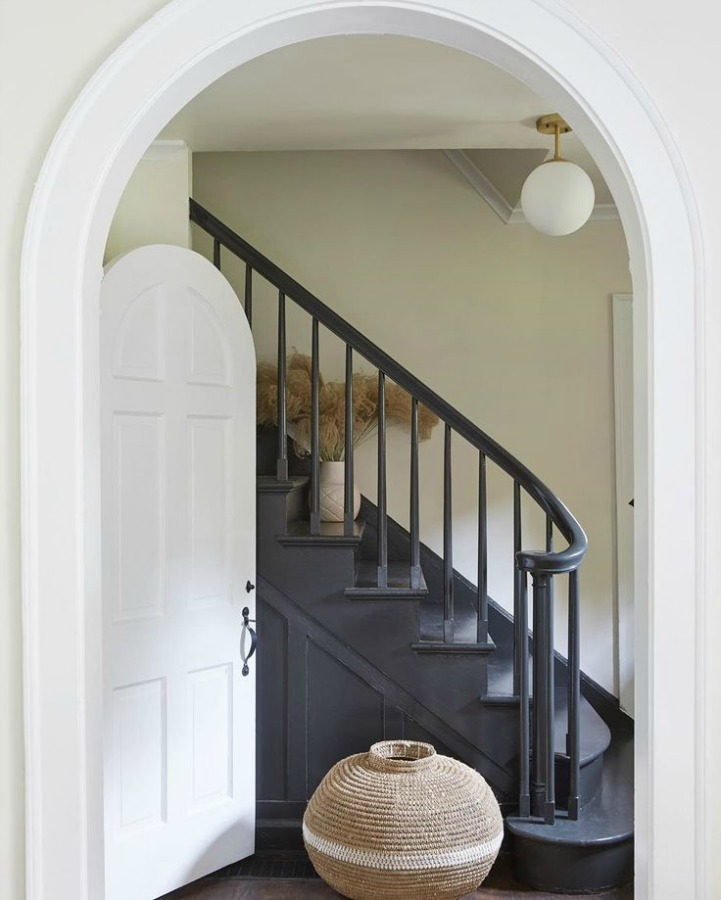 Leanne Ford painted this gorgeous staircase PPG Black Magic, while wals are PPG Sugar Soap, and trim is PPG Delicate White. #interiordesign #paintcolors #leanneford #restoredbythefords #bestblack