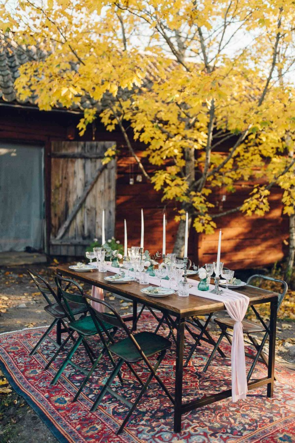 This outdoor fall tablescape (Matilda soderstrom and Skillad Florals) is a romantic vision of rustic fall farmhouse fantasy in Sweden! Lovely Life Sweden blog. #autumn #tablescape #fallparty #rusticdecor