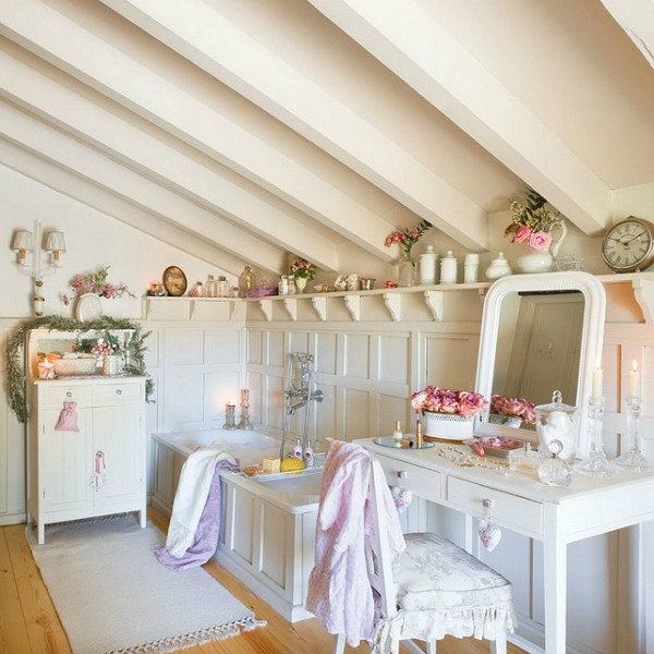 Bathroom in a romantic french country cottage decorated with white and pink in Spain is decorated for Christmas with soft and quiet decor. #holidaydecor #christmasdecor #frenchcountry #decorating #cottagestyle #whitechristmas