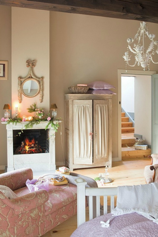 Sweet fireplace in a romantic french country cottage decorated with white and pink in Spain is decorated for Christmas with soft and quiet decor. #holidaydecor #christmasdecor #frenchcountry #decorating #cottagestyle #whitechristmas