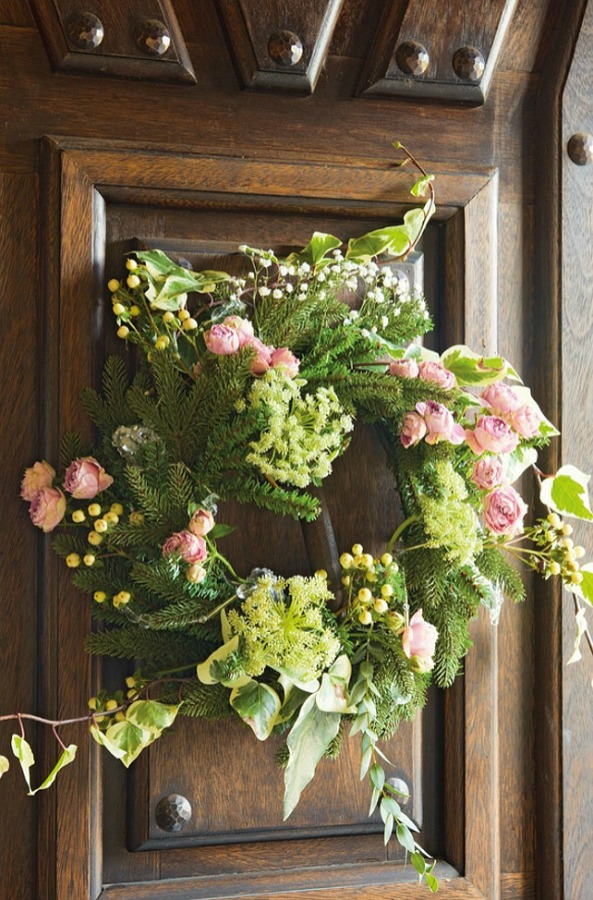 Wreath in a romantic french country cottage decorated with white and pink in Spain is decorated for Christmas with soft and quiet decor. #holidaydecor #christmasdecor #frenchcountry #decorating #cottagestyle #whitechristmas