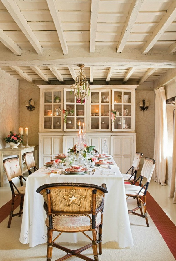 Dining room in a romantic french country cottage decorated with white and pink in Spain is decorated for Christmas with soft and quiet decor. #holidaydecor #christmasdecor #frenchcountry #decorating #cottagestyle #whitechristmas